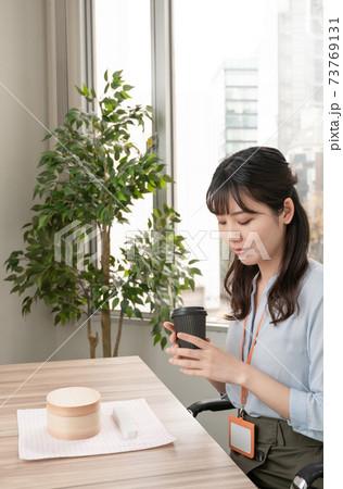 ホットコーヒーを飲むビジネスウーマン 73769131