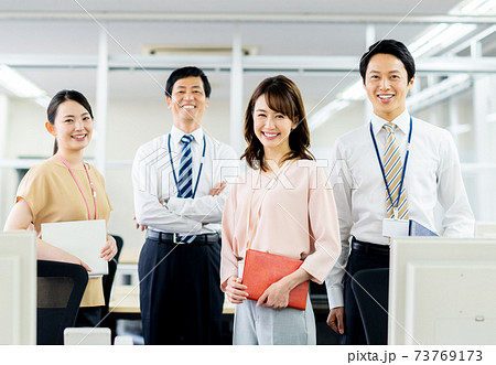 オフィスに並ぶビジネスパーソン 73769173