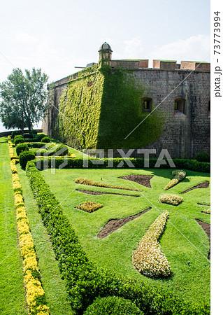 スペインバルセロナの丘の上に建つモンジュイック城と手入れされた庭園 73773994