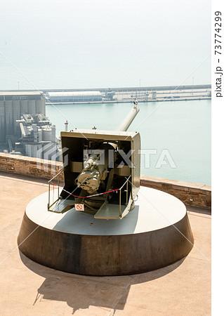 スペインバルセロナの港を見下ろす丘の上に設置されたモンジュイック城の大砲 73774299
