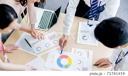 オフィスで会議するビジネスパーソン 73781459
