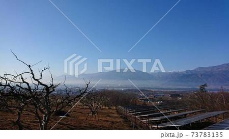 太陽光発電のハイテクと融合する、山奥の景色と青空 73783135