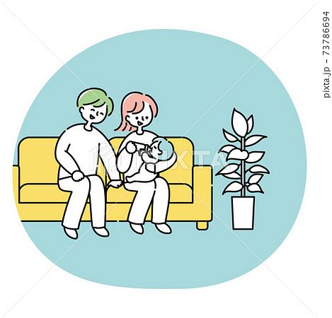 ソファーで赤ちゃんにミルクを飲ませる夫婦 73786694