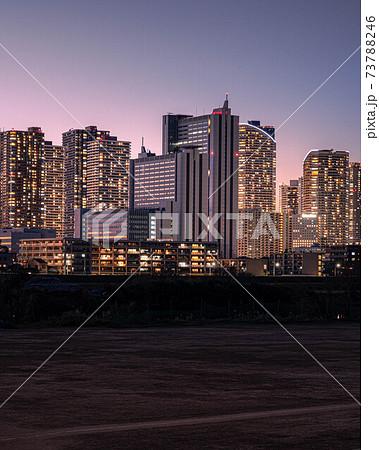 薄暮の武蔵小杉タワーマンション群夜景 73788246