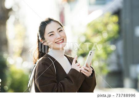 若い女性 スマホ 検索 カメラ目線 73788996