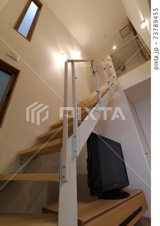 極小住宅に取り入れたストリップ階段と吹抜け(縦、照明入り) 73789455