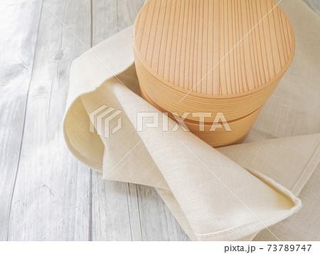 白い風呂敷とわっぱの丸いお弁当箱 73789747