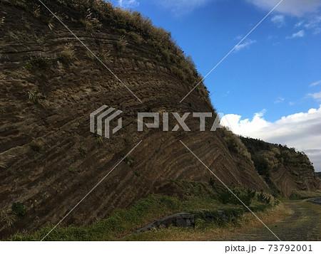 噴火の噴出物でできた縞模様の地層 73792001