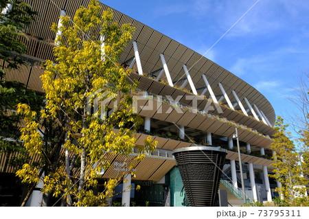 新オリンピックスタジアムと旧聖火台 73795311