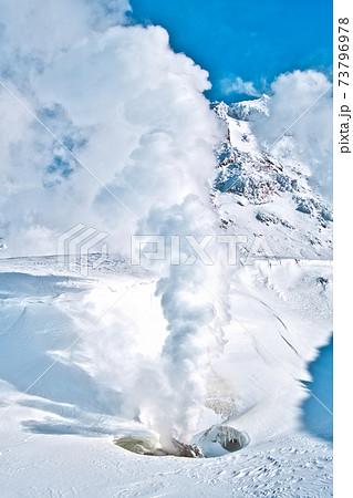 活火山の冬の姿 73796978