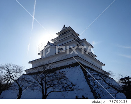冬空の朝日を背にした雪の会津若松城天守 73799133