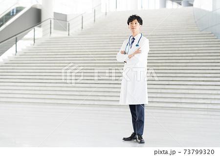 病院で働く若いドクター 73799320