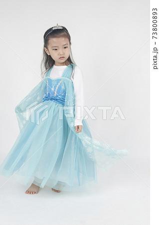 엘사 어린이가 드레스를 잡아요 73800893