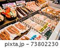 北海道・小樽の土産物店のショーケースに陳列されている数々の海産物 73802230
