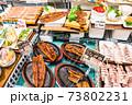 北海道・小樽の土産物店のショーケースに陳列されている数々の海産物 73802231