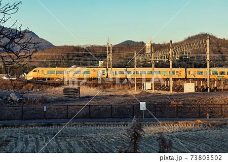 冬晴れのJR宝塚線三田市内を走行する特急こうのとり明智光秀の足跡を辿ってラッピング車両 73803502