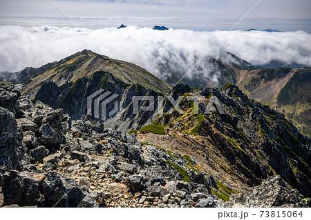 《北アルプス 水晶岳》水晶岳稜線から見た雲海と槍ヶ岳 73815064