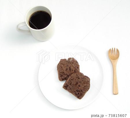 白い皿の上の2切れのチョコレートケーキのと白いコーヒーカップ 73815607