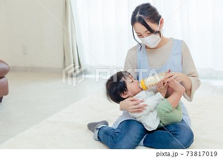 赤ちゃんにミルクをあげる女性 73817019