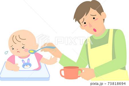 離乳食を嫌がる女の子の赤ちゃんと父親 73818694