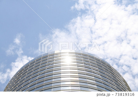 サンパウロのガラス張りのビルと青空 ブラジル 73819316