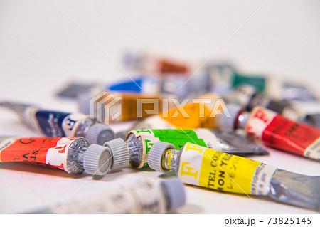 使い古した色とりどりの水彩絵の具 73825145