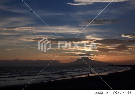 片瀬海岸から見た日没後の富士山のシルエット 73827243