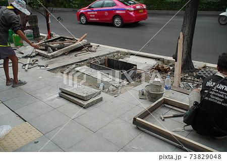 バンコク スクンビットの歩道舗装工事風景 73829048