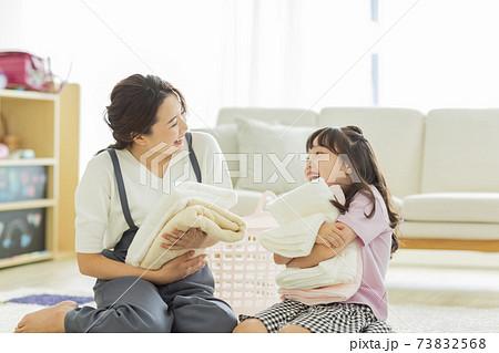 洗濯物を畳む親子 73832568