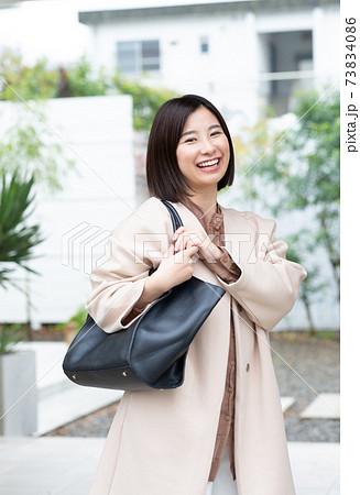 出勤する女性 73834086