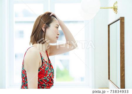 鏡を見るきれいな女性 73834933