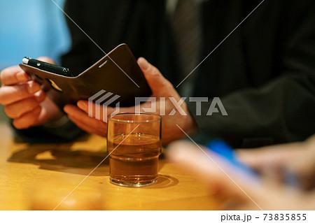 ビジネスマン スマートフォンを操作する手元 73835855