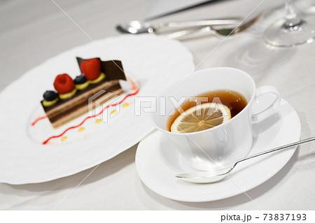 ラズベリーとチョコレートのケーキと紅茶 73837193