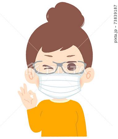 マスクとゴーグルメガネで花粉症対策する女性 - ウインク、OKのサイン 73839187