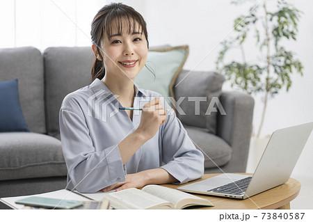 勉強する女性 イメージ 73840587