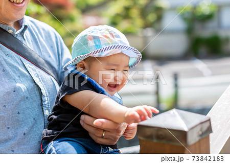 散歩をする乳児とお爺ちゃん 73842183