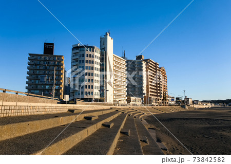 神奈川県藤沢市 片瀬海岸の街並み 73842582