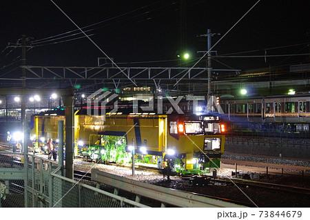 山陽線で夜間保線作業をするJR西日本の保線車両・マルチプルタイタンパ 73844679