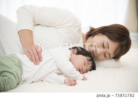 母 子 添い寝 73851782