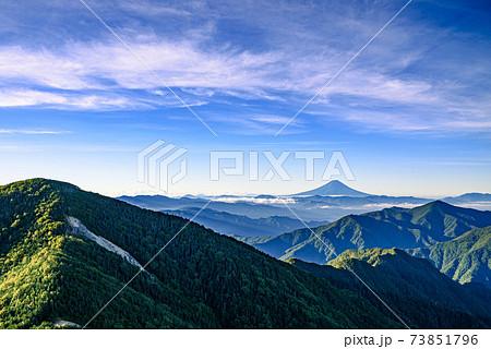 奥秩父の山並みと富士山と快晴の空 73851796