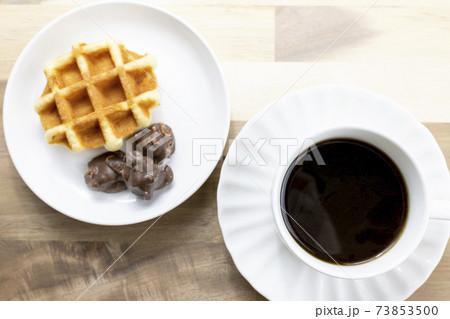コーヒーとワッフルとチョコレート 73853500