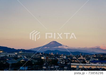 マジックアワーの空と中央に見える富士山(横長) 73856296