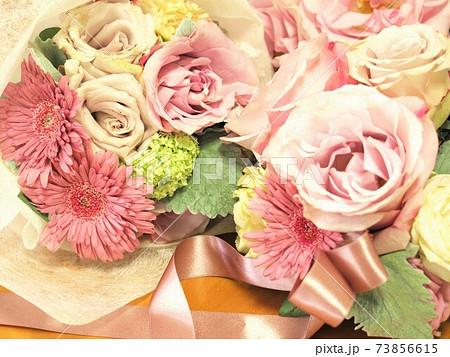 薔薇とガーベラの花束、フラワーアレンジメント 73856615