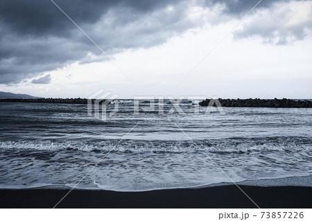 波が力強い冬の日本海 73857226