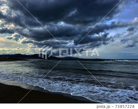 波が力強い冬の日本海と迫力のある雲 73857228