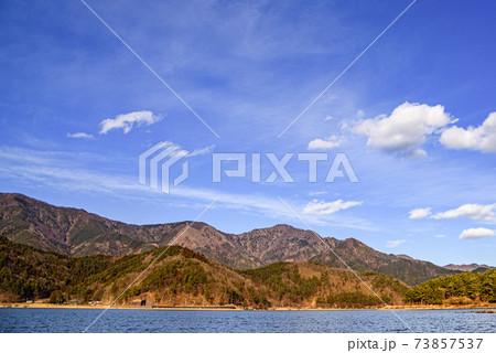 冬晴れの空と御坂の山稜(山梨県) 73857537