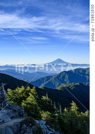 快晴の空と奥秩父・御坂の山並みと富士山 73861630
