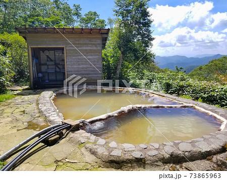 那須岳の三斗小屋温泉にある山小屋・煙草屋旅館の露天風呂と着替えスペース 73865963
