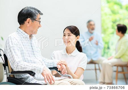 介護されるシニアの男性と介護福祉士 73866706