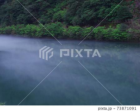 長野県木曽郡南木曽町の山口ダム 夕闇に沸き立つ湖面 73871091